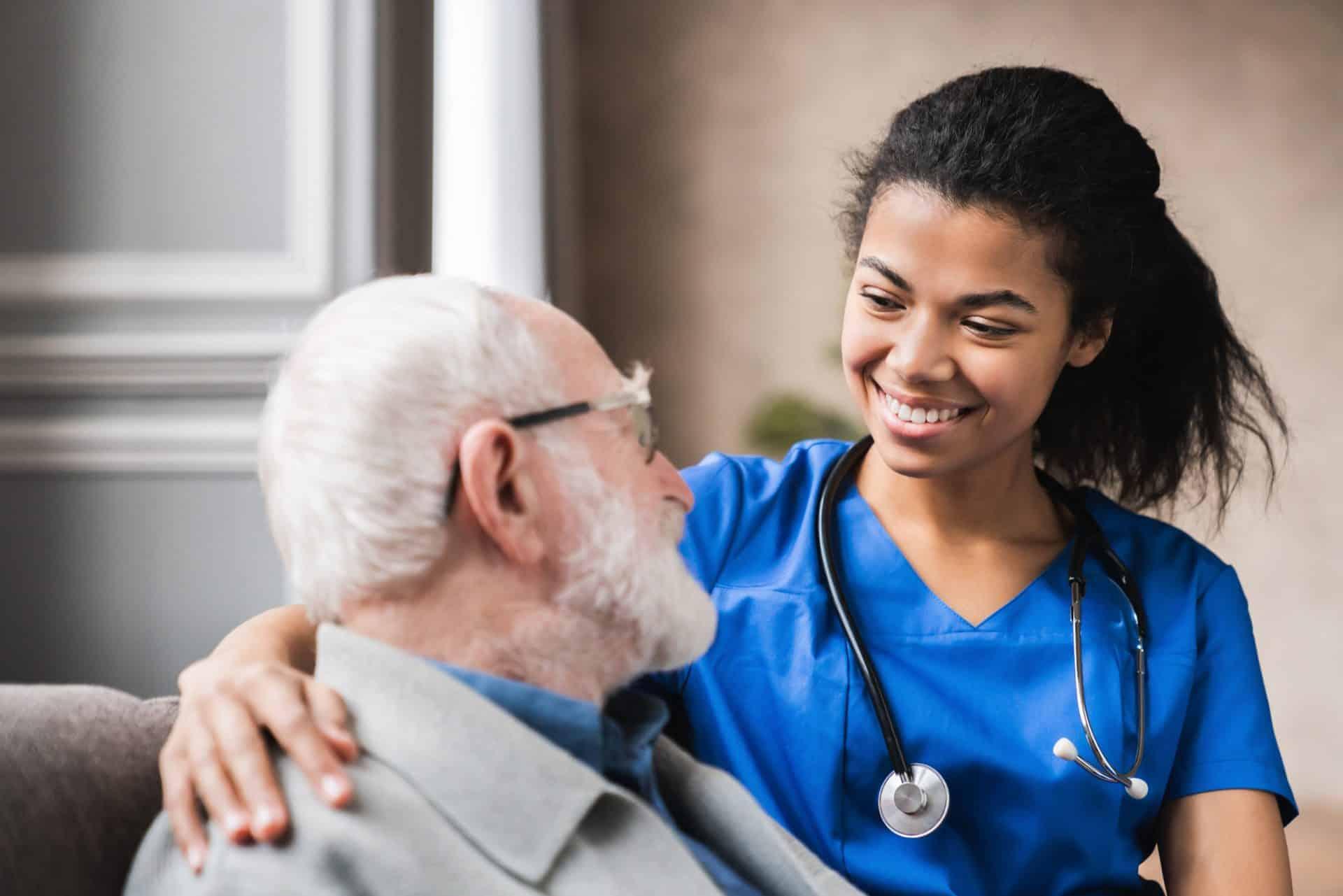 看護師と高齢者の写真