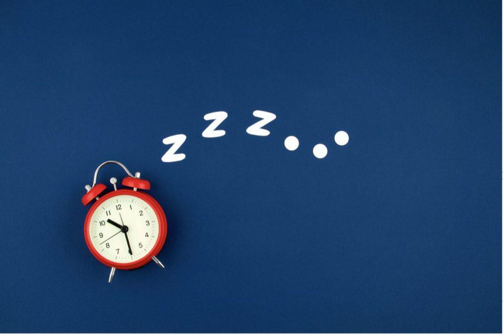 時計と睡眠のイメージ