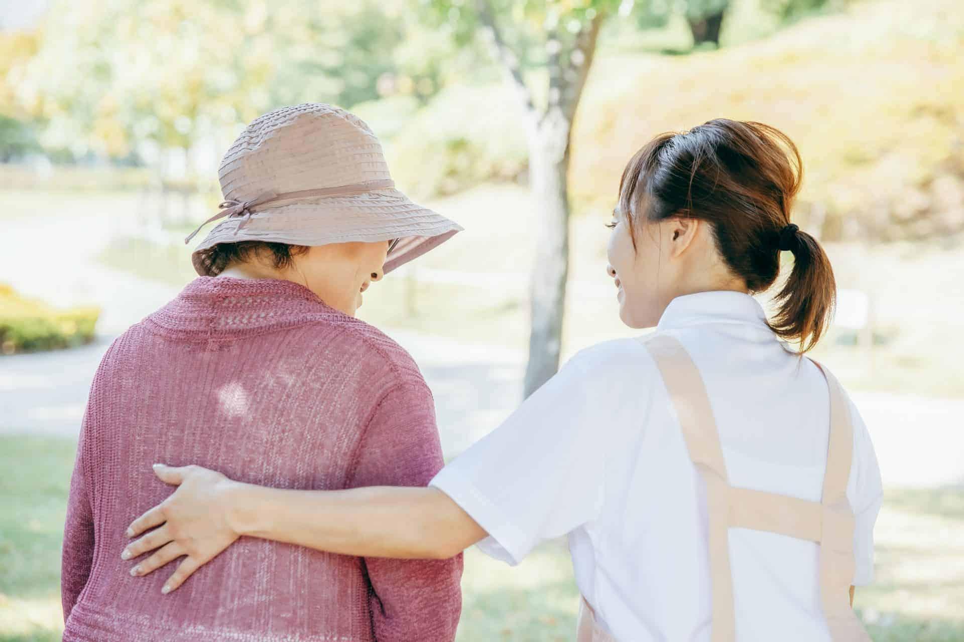 高齢女性と介護者の写真