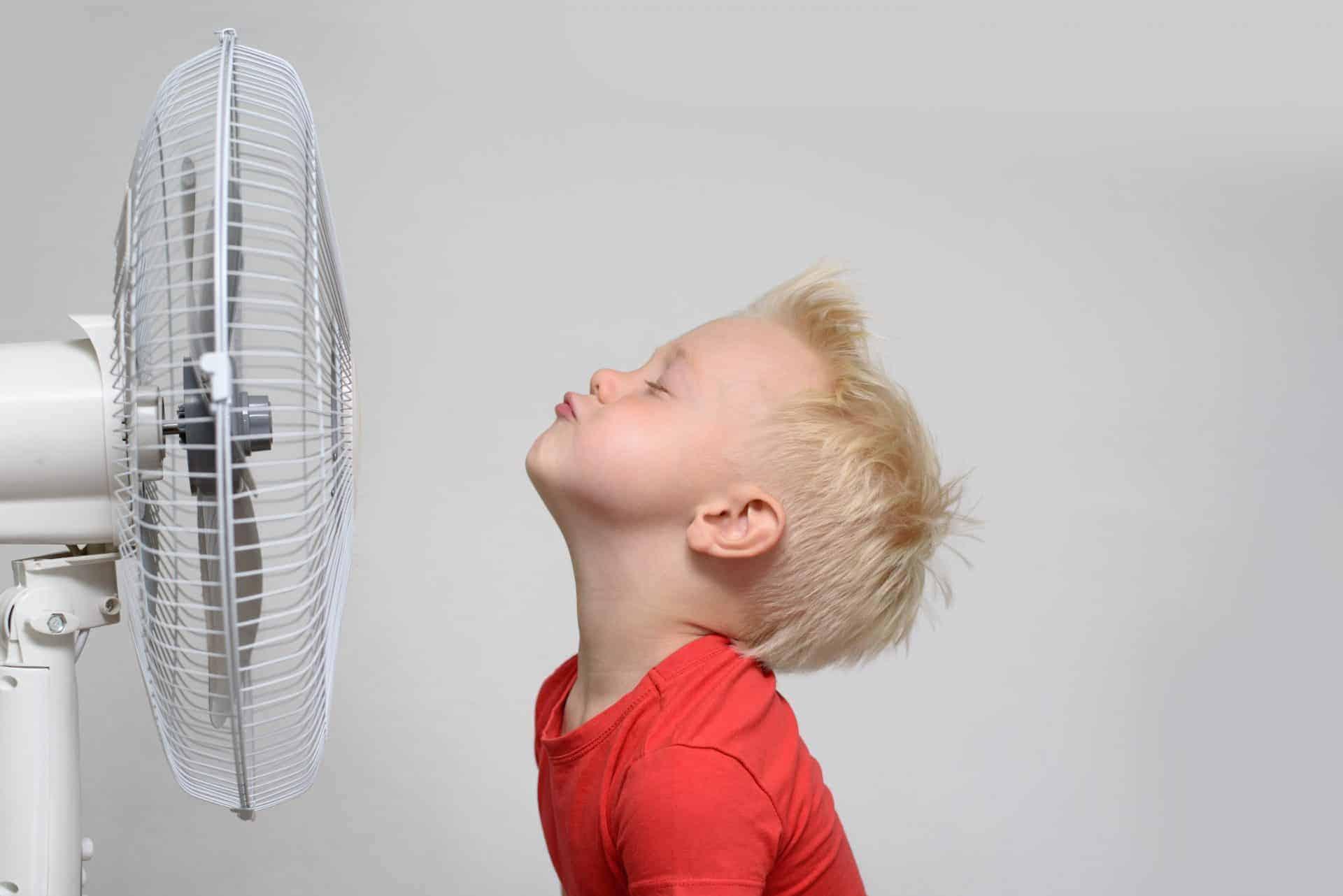 扇風機で涼む男の子