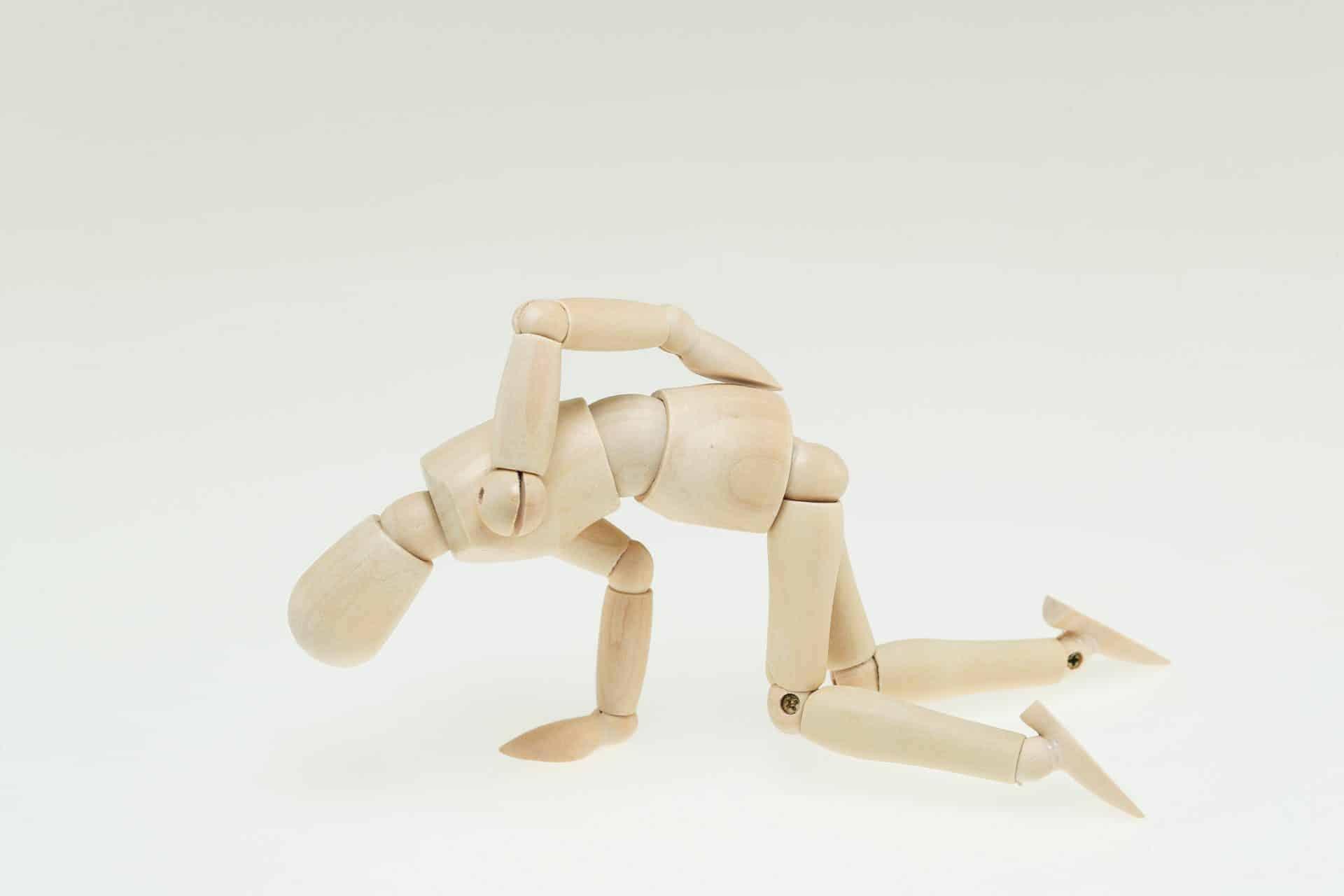 膝折れする腰痛人形